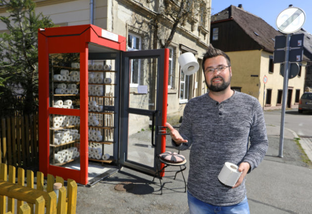 <p>Norman Hofmann hatte online zu viel Klopapier bestellt. Anstatt die Artikel zurückzuschicken, entschied er, sie in Waldenburg zu verschenken. Als Abholstation diente eine Telefonzelle.</p>