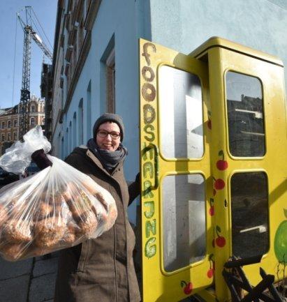 <p>Auch in Chemnitz gibt es eine Soli-Telefonzelle.&nbsp;Das Prinzip: Wer Lebensmittel abzugeben hat, legt sie dort ab, damit sie ein anderer mitnehmen kann.</p>