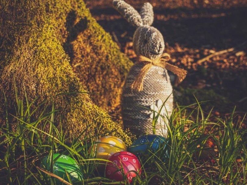 <p>Ostereier suchen ist möglich. Zu beachten ist dabei, dass es sich um Bewegung handelt, also etwa um einen Osterspaziergang. Das kurze Verweilen zum Ausruhen ist dabei gestattet. Was nicht geht, ist zum Beispiel eine Decke auf der Wiese auszubreiten, sich in die Sonne zu legen und dort ein ausgiebiges Picknick zu machen.</p>