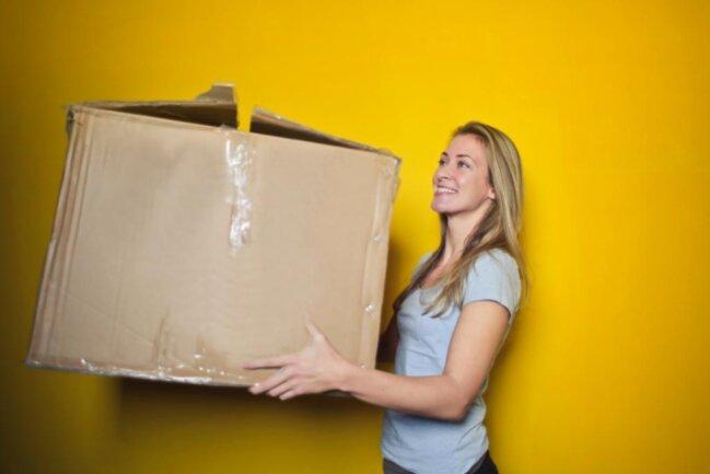 <p>Umziehen ist erlaubt. Helfen dürfen dabei aber nur offizielle Umzugsunternehmen, Lebenspartner oder Angehörige aus dem Haushalt. Eine Hilfeleistung durch nicht zum Hausstand zählende Umzugshelfer ist nicht zulässig. Wohnungen dürfen nur besichtigt werden, wenn sie leer stehen.</p>