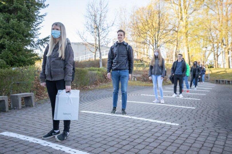 <p>Vor dem Beruflichen Schulzentrum für Ernährung, Technik und Wirtschaft Annaberg stehen die Schüler mit Sicherheitsabstand an, ...</p>