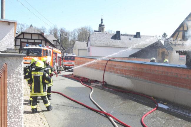 <p>Gegen 11.50 Uhr ging in der Leitstelle die Meldung ein, dass an der Moorengasse&nbsp;ein Carport in Flammen steht.</p>