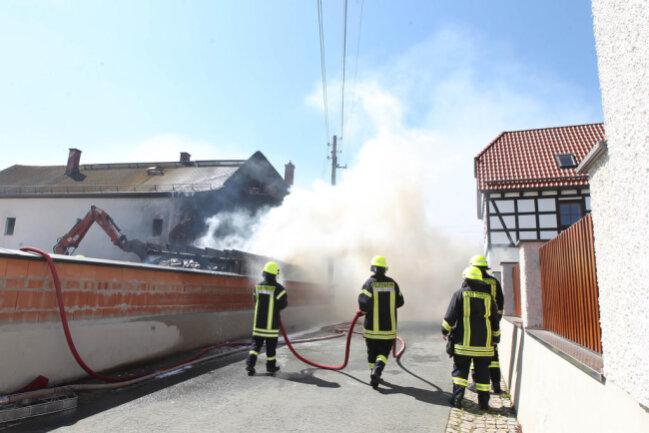 <p>Vor Ort stellte sich dann heraus, dass die Flammen auf ein unbewohntes Gebäude übergegriffen sind.</p>