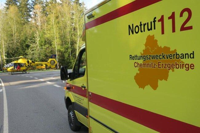 <p>Er wurde vom Rettungsdienst versorgt und dann mit dem Hubschrauber nach Leipzig geflogen.</p>