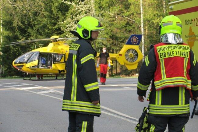 <p>Die Feuerwehr aus Eibenstock kam zum Einsatz, um auslaufende Betriebsmittel zu binden und die Unfallstelle sowie den Landeplatz des Hubschraubers zu sichern.</p>