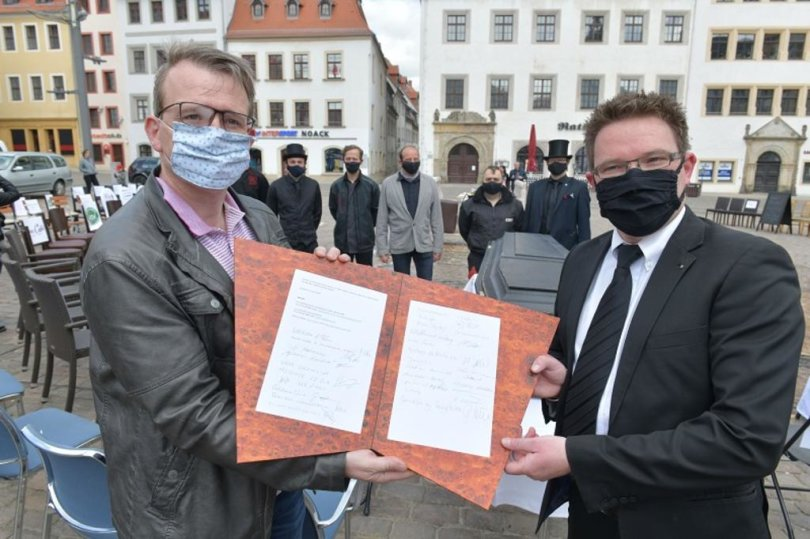 <p>Hotelchef Alexander Kreller übergab einen Forderungskatalog mit 34 Unterschriften von Freiberger Unternehmen an Oberbürgermeister&nbsp;Sven Krüger, mit der Bitte, ihn an die&nbsp;Landesregierung&nbsp;weiterzuleiten.</p>