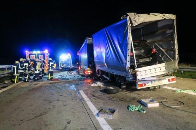 <p>Erschwert wurde die Rettung durch die Fracht des Transporters: Ein Opel war unter der Plane geladen und beim Unfall verrutscht.</p>