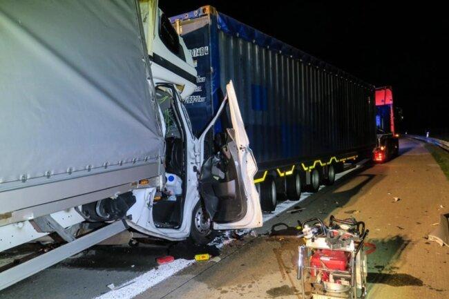 <p>Der Fahrer des Transporters wurde eingeklemmt.</p>