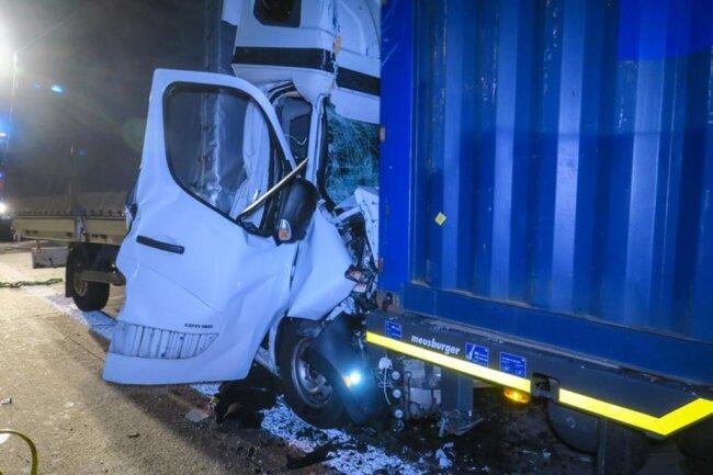 <p>Ersten Angaben zufolge war ein Transporter gegen 1.45 Uhr auf einen Laster aufgefahren.</p>