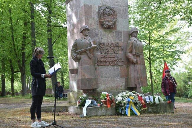 <p>Oberbürgermeisterin Barbara Ludwig und Vertreter fast aller Stadtratsfraktionen legten auf dem sowjetischen Soldatenfriedhof am Richterweg Kränze nieder.</p>