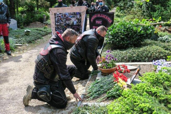 <p>Am Halt und am Gedenken am Grab von Diana Irmisch, die für diese bereits geplant war, hat man dennoch festgehalten.</p>