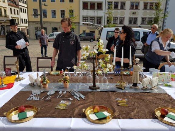 """<p>Unter dem Motto """"Wir geben den Löffel ab"""" haben sich Gastronomen und Hoteliers zum dritten Mal dem bundesweiten Protest der Initiative """"Leere Stühle"""" angeschlossen...</p>"""