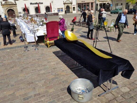 <p>Als Symbol ihrer prekären Lage haben knapp zwei Duzent Gastronomen einen mannshohen goldfarbenen Löffel auf einer Bahre über den Obermarkt getragen.</p>