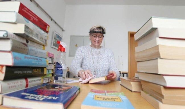 <p>In der wieder geöffneten Vogtlandbibliothek wird jedes zurückgegebene Buch, lässt es die Zeit zu, desinfiziert.</p>