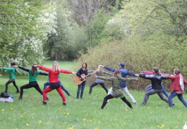 <p>Yoga im Plauener Stadtpark: Diese Aktion soll Mut machen. Zum gemeinsamen Meditieren und Yoga haben sich einige Vogtländer am 1. Mai im Plauener Stadtpark getroffen - trotz des durchwachsenen Wetters.</p>