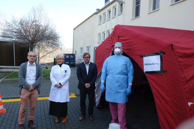 <p>Pflegedienstchef Matthias Mielke, Hygieneexpertin Dr. Katharina Hedrich und Klinikmanager Sven Hendel (von links) nahmen&nbsp;das Corona-Ambulanz-Zentrum im März in Betrieb. Pfleger wie Roy Rüggeberg (rechts) testen in Sicherheitskleidung die Patienten.</p>