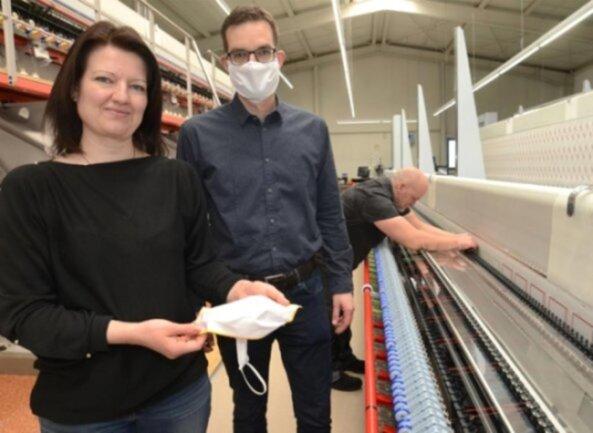<p>In der Corona-Krise erschließen sich Betriebe neue Märkte. Kati und Kay Reuter haben in ihrer Reumtengrüner Stickerei mit der Produktion von Mundschutz-Masken begonnen. Im Hintergrund an der Stickmaschine Andreas Helf.</p>