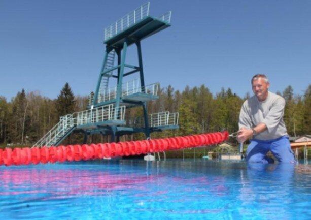 <p>Der Start in die Freibadsaison fiel ins Wasser.&nbsp;Bademeister Steffen Köhler war so gut wie startklar - doch Ende April war das Wasser des Freibads in Haselbrunn zu kalt. Zudem durften die Einrichtungen sachsenweit wegen der Coronakrise zu diesem Zeitpunkt nicht öffnen.&nbsp;</p>