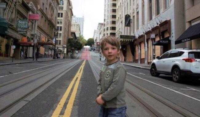 <p>Vincent Knopp (4) ganz allein zu Ostern 2020 auf San Franciscos Powell Street. Familie Knopp aus Bad Elster sitzt in Kalifornien fest. Rückreise geht nicht.&nbsp;</p>