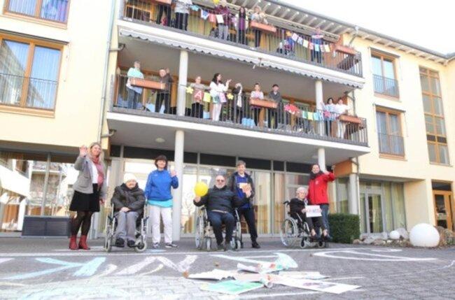<p>Mitarbeiter und Bewohner des Altenpflegeheimes der Volkssolidarität an der Reißiger Straße in Plauen bedanken sich für all die Grußkarten, gebastelten Kalender und Bilder, die sie jetzt erhalten haben.</p>