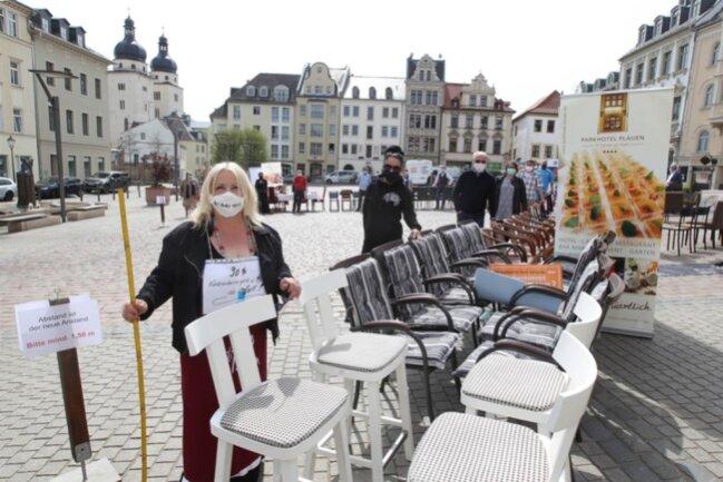 """<p>Gastronomen und Hoteliers machten auf dem Plauener Altmarkt auf ihre prekäre Lage hin. Bundesweit fand die Aktion """"Leere Stühle"""" statt.&nbsp;</p>"""