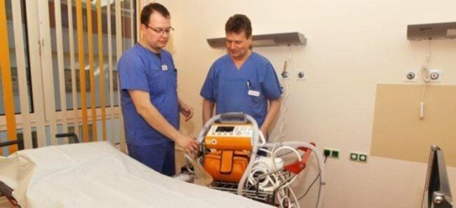 <p>Das Helios Vogtlandklinikum Plauen hat als medizinischer Schwerpunktversorger seine Beatmungskapazität verdoppelt, um für schwerer verlaufende Covid-19-Fälle gerüstet zu sein. Der Leitende Oberarzt Prof. Dr. Peter Hügler und Oberarzt Martin Lützel in einem der Patientenzimmer im Haus 3 mit Beatmungsgerät.</p>