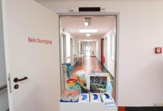 """<p>Ein Blick in die eigens eingerichtete Station """"Rettungsstelle für Infektionskrankheiten"""" im Haus 3 des Helios Vogtlandklinikums. Bis zu 44 Covid-19-Erkrankungsfälle können zunächst dort aufgenommen werden.</p>"""