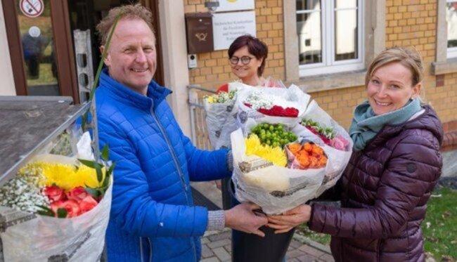 """<p>Aufgrund der Allgemeinverfügungen wegen der Corona-Pandemie musste der Holland-Blumen-Shops-Inhaber Arwin Pennings seine neun Filialen in&nbsp;<a href=""""https://www.freiepresse.de/thema/ort/sachsen"""" title=""""Nachrichten für den Ort: Sachsen"""">Sachsen</a>&nbsp;schließen - einige davon im Göltzschtal. Pennings wollte die Blumen aber nicht einfach wegwerfen. Da kam ihm eine Idee: verschenken. Unter dem Motto """"400 Blumensträuße für ein Lächeln"""" fuhr er am Donnerstag acht Pflegeheime in&nbsp;<a href=""""https://www.freiepresse.de/vogtland/ort-falkenstein"""" title=""""Nachrichten aus Falkenstein"""">Falkenstein</a>,&nbsp;<a href=""""https://www.freiepresse.de/vogtland/ort-auerbach"""" title=""""Nachrichten aus Auerbach"""">Auerbach</a>&nbsp;und&nbsp;<a href=""""https://www.freiepresse.de/vogtland/ort-rodewisch"""" title=""""Nachrichten aus Rodewisch"""">Rodewisch</a>&nbsp;sowie die zwei Rodewischer Krankenhäuser an und übergab die blumigen Restgrüße. Im Bild freuen sich Verena Schalling (vorn) und Claudia Fischer vom Sächsischen Krankenhaus Untergöltzsch.&nbsp;</p>"""