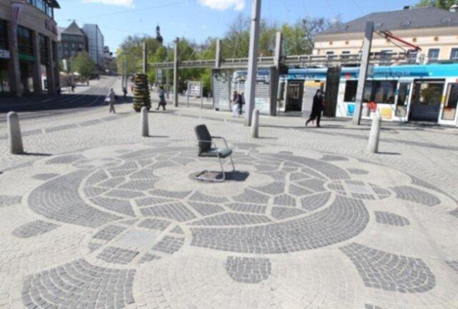 """<p>Ein leerer Stuhl mit der Aufschrift """"heile Welt""""&nbsp; gab im Plauener Zentrum Rätsel auf - und entpuppte sich als Kunstaktion.&nbsp;</p>"""