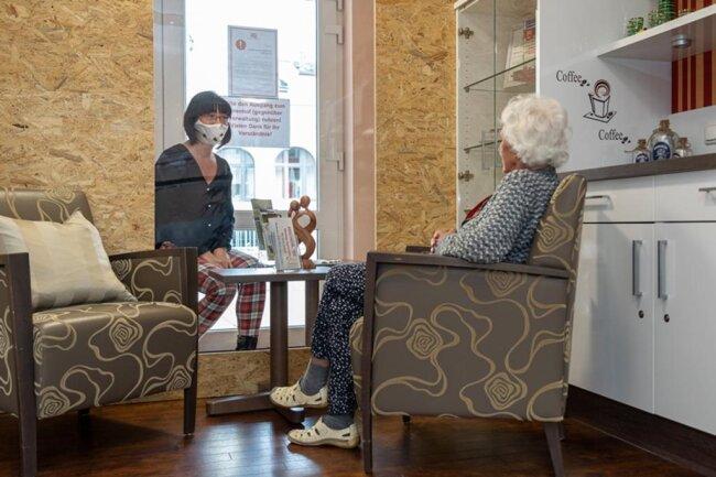<p>Um das Infektionsrisiko in Alten- und Pflegeheimen zu senken, dürfen Bewohner kaum Besuche empfangen. Leiterin Anke Bausdorf testet in der Seniorenresidenz Rodewisch mit Bewohnerin Margot Schwierz die neuen Besucherboxen.</p>
