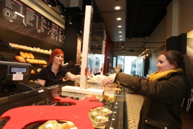 <p>Auf Sparflamme müssen Bäckereien aufgrund Corona im Vogtland arbeiten. Verkauft werden darf Ware nur noch zum Mitnehmen. Weil die Supermärkte keine ofenfrischen Backwaren unverpackt mehr verkaufen dürfen, wird zum Teil verstärkt beim Bäcker nebenan eingekauft - so auch bei Forbriger im Landratsamt am Postplatz in Plauen. Das Foto zeigt Mitarbeiterin Lisa Engmann und Kundin Vroni Schnabel.&nbsp;</p>