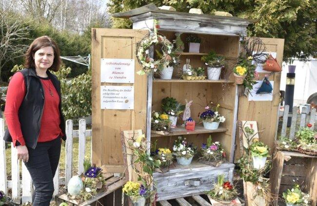 """<p>Wegen der Coronakrise kann Carolin Kain in&nbsp;<a href=""""https://www.freiepresse.de/n-a/ort-hammerbruecke"""" title=""""Nachrichten aus Hammerbrücke"""">Hammerbrücke</a>&nbsp;ihr Floristik- und Geschenkestübl zurzeit nicht öffnen. Sie hat vor dem Geschäft einen Blumenschrank aufgestellt, aus dem Frühlings- und Ostergestecke eingekauft werden können. Bezahlt wird in einer Kasse des Vertrauens</p>"""