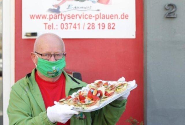 <p>Caterer Stephan Baumert spendierte stärkende Häppchen für&nbsp;fleißige Mitarbeiter, die das öffentliche Leben in Plauen am Laufen halten.&nbsp;</p>