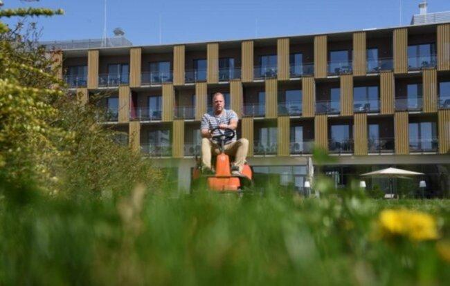 <p>Lokale zu, nur wenig Geschäftsreisende, vieles unklar - Hotels und Gaststätten kämpfen ums Überleben. Marc Cantauw, Direktor des Hotels König Albert in Bad Elster, mähte selbst den Rasen im Innengelände der Hotelanlage.&nbsp;</p>