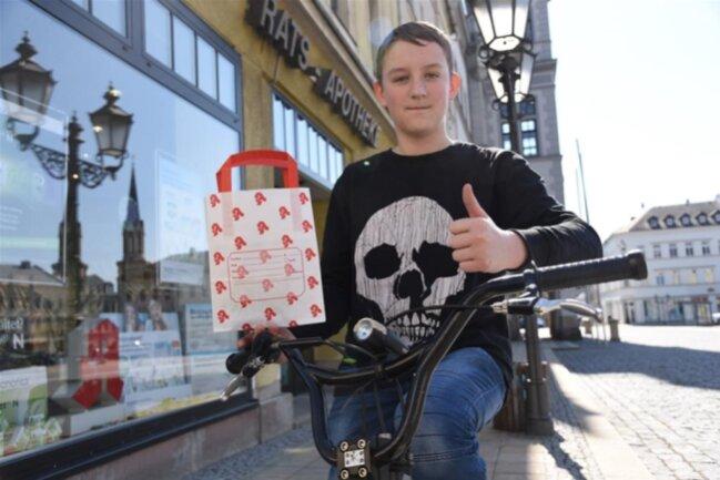 <p>Alltagsheld&nbsp;Jeremy Golle (14) liefert in Oelsnitz Arzneimittel an hilfsbedürftige Menschen aus.</p>