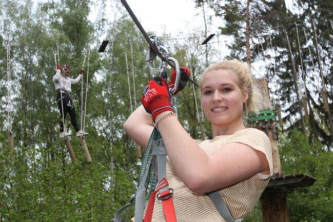 <p>Nadine Meinhold und Mirelle Klarner (hinten) testeten den abwechslungsreichen Parcours im Kletterwald an der Pöhl nach der Coronapause. Die Attraktion startete verspätet in die Saison.&nbsp;</p>