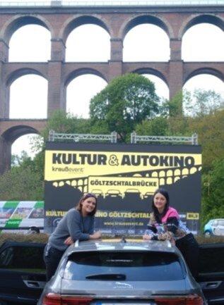 <p>Startschuss fürs Autokino an der Göltzschtalbrücke in Netzschkau Mitte Mai.&nbsp;&nbsp;Sandra Gierth (l.) und Romina Hamel (r.) vom Veranstalter Krauß Event kümmern sich um Programmablauf und Ticketing.</p>