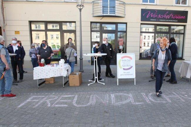 """<p>Parallel zum """"Spaziergang"""" Mitte Mai in Plauen fand auf dem Altmarkt eine angemeldete Veranstaltung des Runden Tisches für Demokratie und Toleranz als Angebot zum Dialog statt.</p>"""