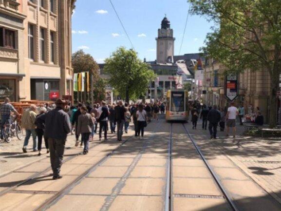 """<p>Mehrere Hundert Menschen haben an einem&nbsp;Samstagnachmittag Mitte Mai erneut an einem sogenannten """"Spaziergang"""" in der Plauener Innenstadt teilgenommen.&nbsp;</p>"""