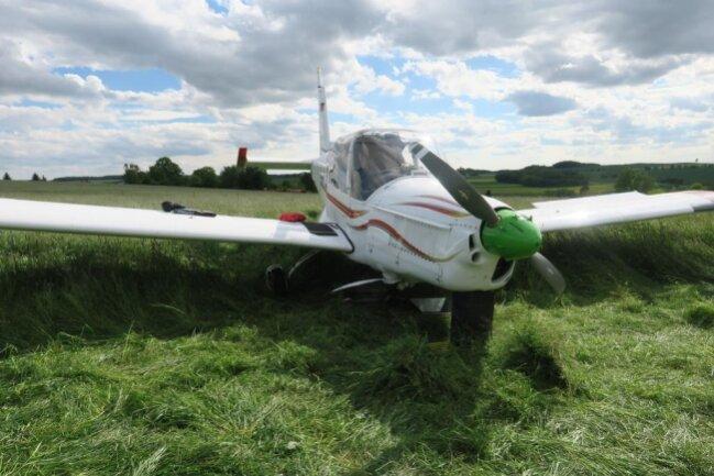 <p>Ein einmotoriges Flugzeug ist am Dienstagnachmittag bei Lichtentanne auf einem Feld nahe der S293 notgelandet.</p>