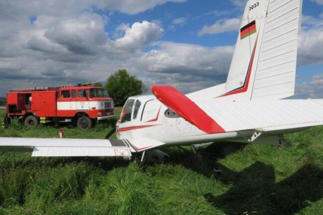 <p>Der 77-jährige Pilot und sein 62-jähriger Flugschüler, die auf einem Übungsflug waren, blieben unverletzt.</p>