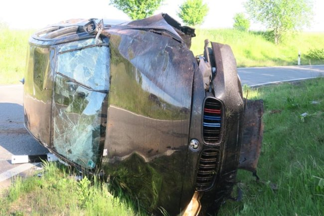 <p>Der Mannschaftsbus hatte gerade auf die A72 bei Hartenstein auffahren wollen, als er von Trümmerteilen eines verunglückten BMW getroffen wurde.</p>