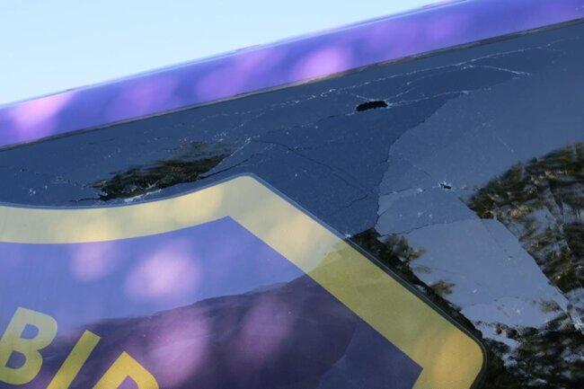 <p>Teile des Fahrzeugs trafen den gerade auf die A72 fahrenden Teambus der Auer und beschädigten das Fahrzeug im vorderen Bereich.</p>