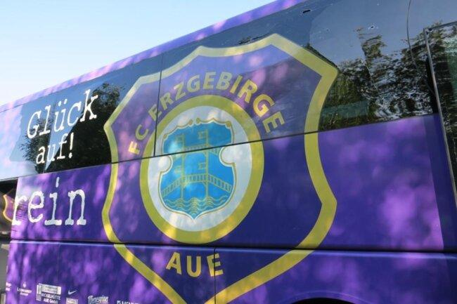 <p>Trümmerteile des BMW trafen den Mannschaftsbus des FC Erzgebirge, der gerade auf dem Weg nach Nürnberg war. Der Bus trug sichbare Schäden davon, die von der Polizei auf 10.000 Euro geschätzt werden. Den Schaden am BMW schätzt die Polizei auf 30.000 Euro.</p>