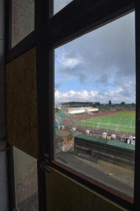 <p>Blick aus dem Inneren des Turmes ins Stadion. Die überdachte Zuschauertribüne soll bestehen bleiben, die restlichen Traversen werden entweder saniert oder zu begrünten Hügeln.</p>