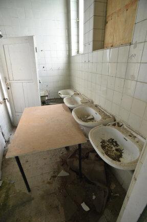 <p>Die sanitären Anlagen im Inneren des Turmes wurden jahrzehntelang dem Verfall überlassen.</p>