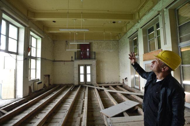 <p>Bauleiter Andreas Hüppe im oberen der zwei Säle. Hier soll eine Zwischendecke eingezogen werden.</p>