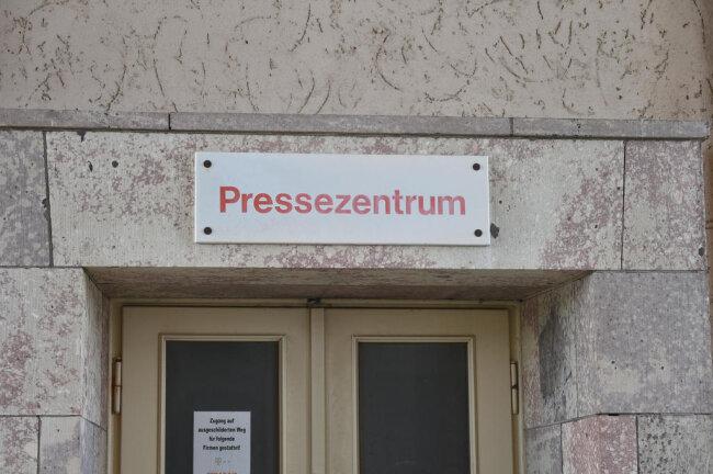 <p>Hier war vor vielen Jahren mal der Eingang für die Medienvertreter.</p>
