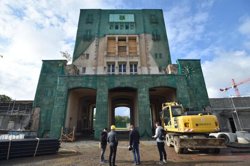 <p>Blick von außen auf das Hauptstadion im Chemnitzer Sportforum. Der Marathonturm auf der Südseite wurde bis in die 1990er-Jahre als Pressezentrum genutzt, seitdem steht er leer und verfällt. Ab Juli soll er für zwei Millionen Euro saniert werden.</p>