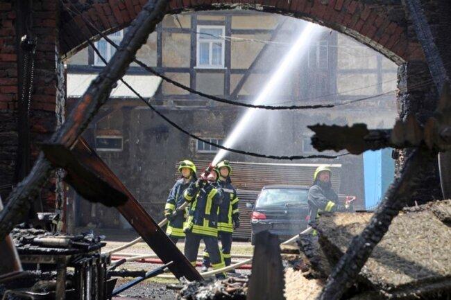 <p>Nach Polizeiangaben vom Nachmittag kamen ein Anwohner und ein Feuerwehrmann mit Verbrennungen in ein Krankenhaus.</p>